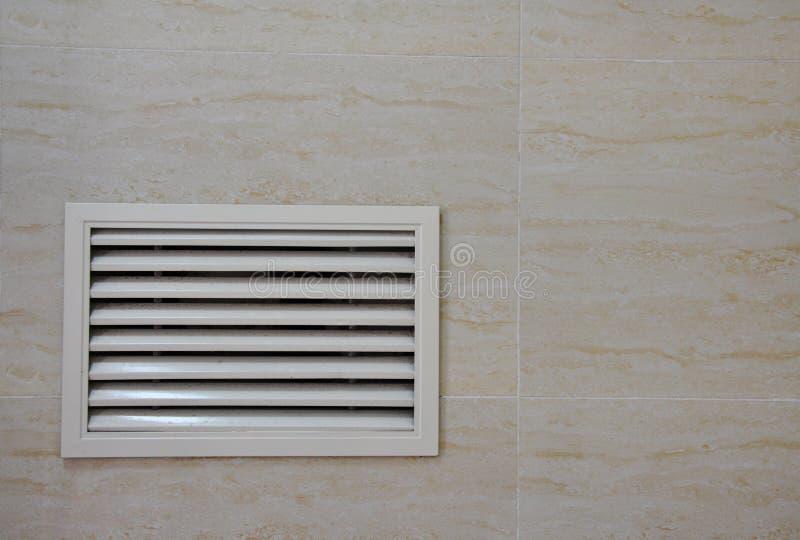 Innenbelüftungsfenster in der Wand stockfotografie