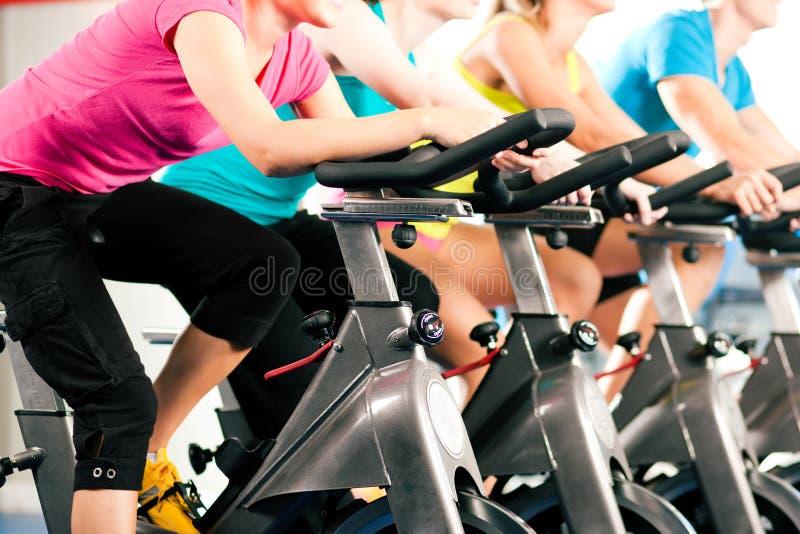 Innenbycicle, das in Gymnastik einen Kreislauf durchmacht lizenzfreies stockbild