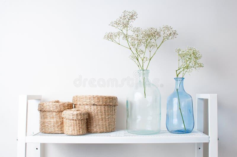 Innendekoration: Zweige in den Flaschen und in den Körben stockfoto