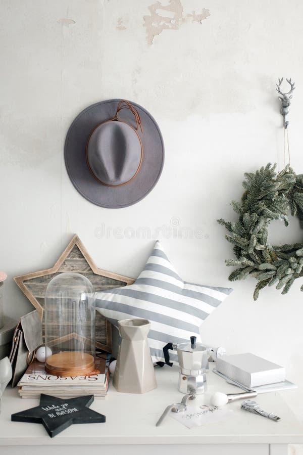 Innenelemente und ein Hut auf der Wand lizenzfreie stockfotos