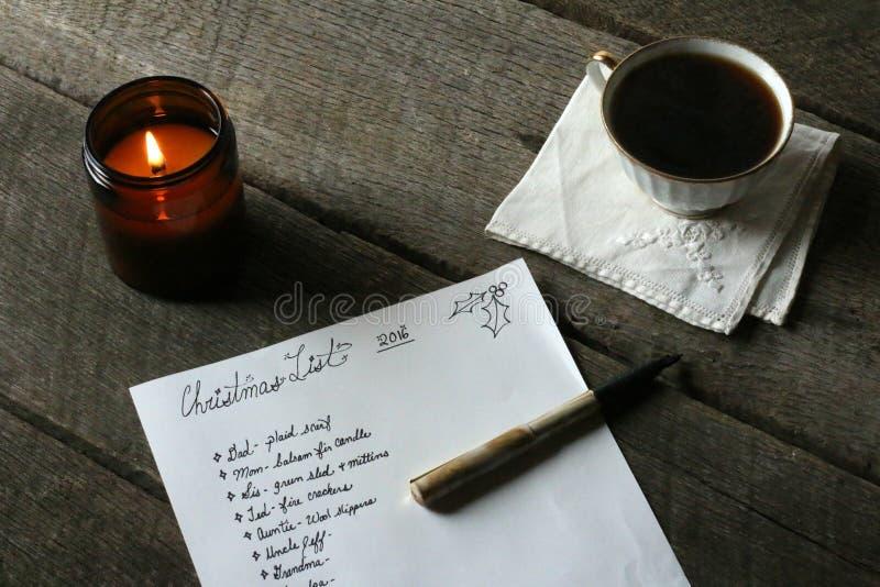 Innenfeiertags-Szene mit handgeschriebener Weihnachtsgeschenk-Liste lizenzfreie stockfotografie