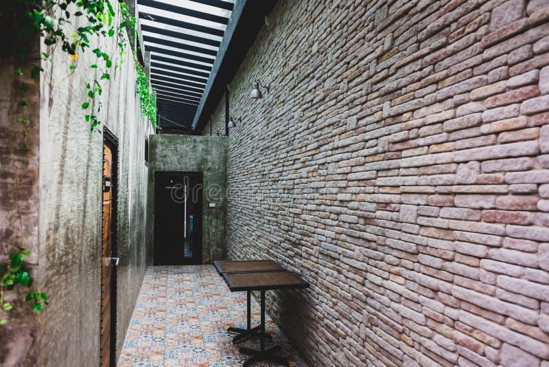 Innenhauswegweise mit schöner Backsteinmauer stockbilder
