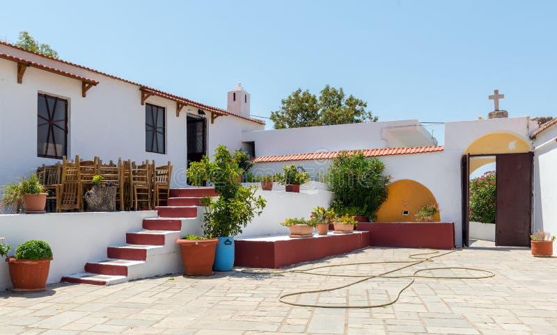 Innenhof der traditionellen griechischen Kirche in Rhodos-Insel, Griechenland lizenzfreie stockfotos
