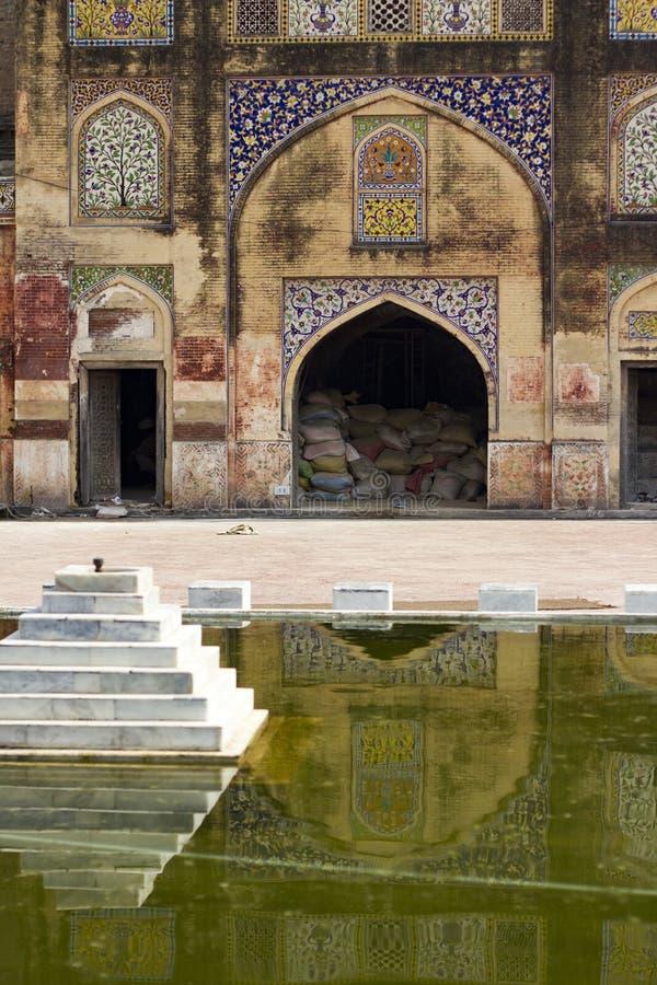 Innenhof Wazir Khan Mosque mit Brunnen stockfotografie