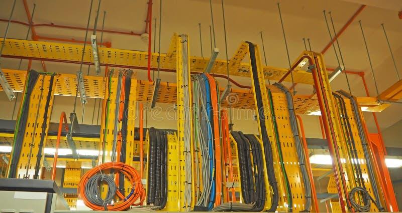 Inneninstallationsbehälter für das Kabel, das auf die Oberseite legt stockfotografie