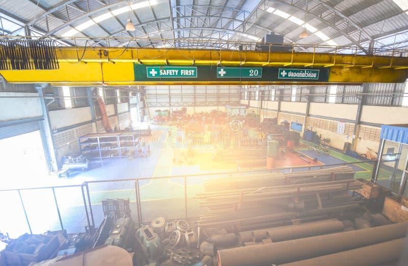 Innenkran Haken und Kettenbewegungskran Innen für des Anhebung Rohre Metallund großes Material lizenzfreies stockbild