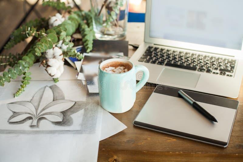Innenministerium-Plattform mit grafischem Tablet, Laptop, Zeichnung und Kaffee lizenzfreie stockfotografie