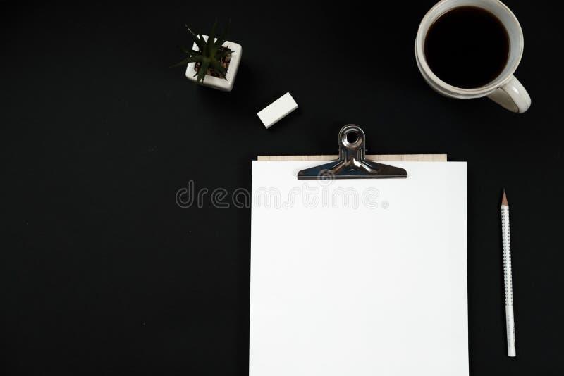 Innenministeriumarbeitsplatzmodell mit, zum der Liste, Kaffee, Anlage zu tun und lizenzfreies stockbild