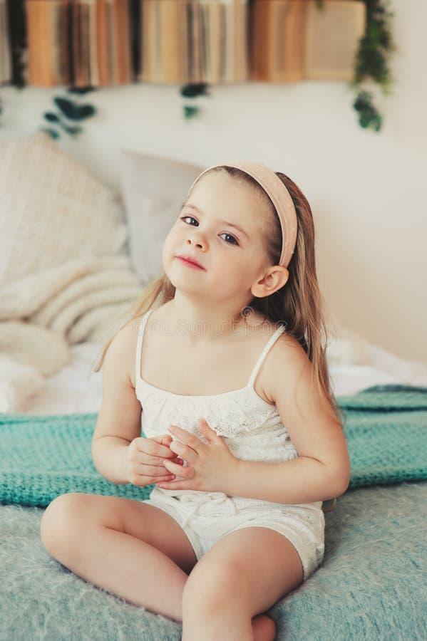 Innenporträt von traurigen 5 Jahren alten Kindermädchen lizenzfreies stockbild