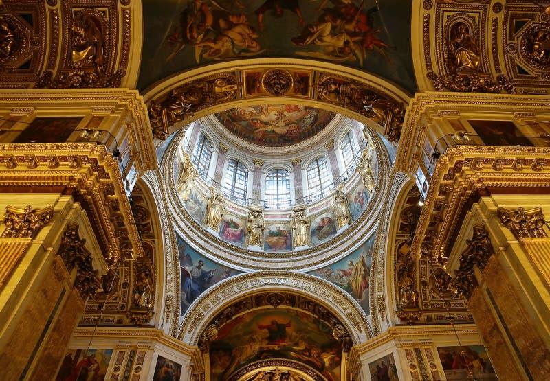 Innenraum, Ansicht zur zentralen Haube von Heilig-Isaacs Kathedrale stockfotografie