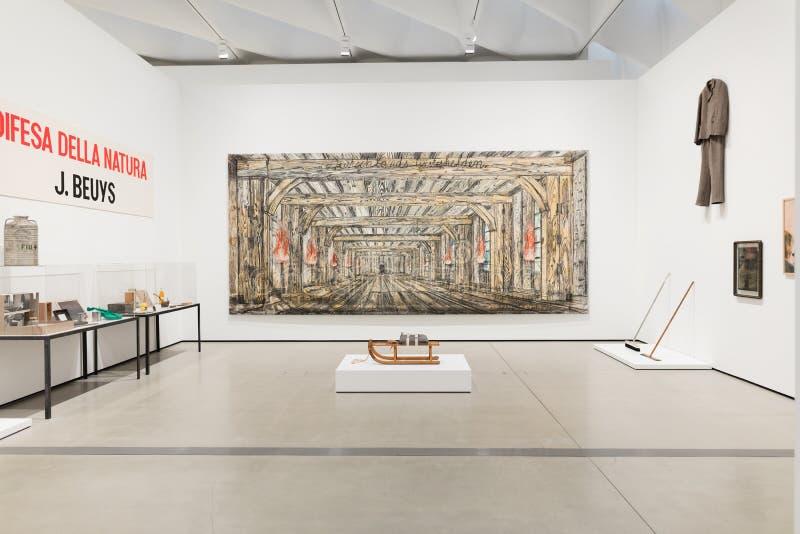 Innenraum breiten zeitgenössischen Art Museums stockbilder