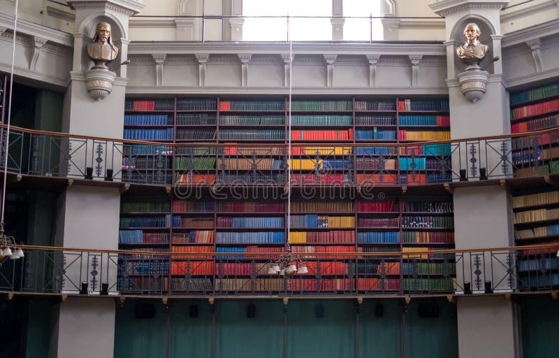 Innenraum der Achteck-Bibliothek bei Queen Mary, Universität von London im Meilen-Ende, Ost-London, mit bunten ledernen gebundene lizenzfreies stockfoto