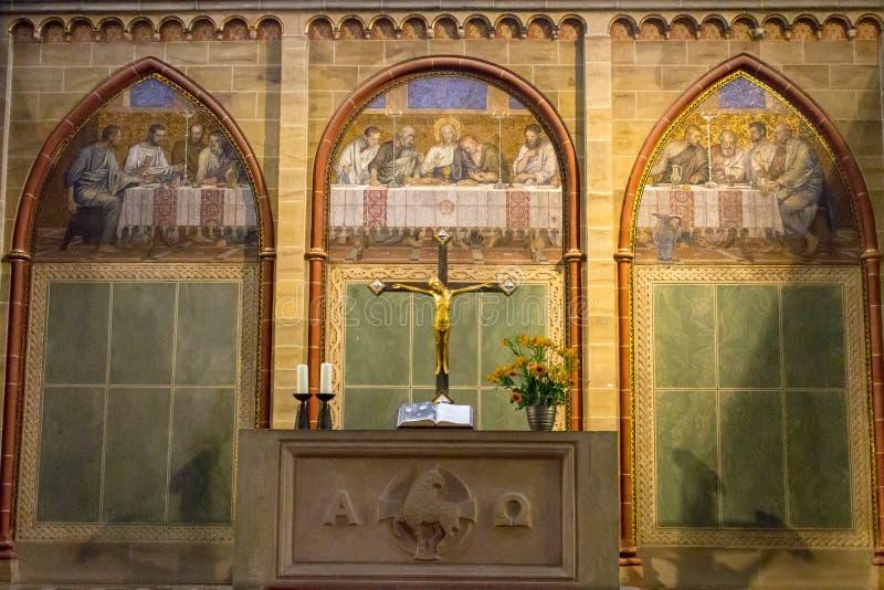 Innenraum der alten katholischen Kathedrale mit Kreuz und Altar Mittelalterliches Kircheninnere Religions- und Christentumskonzep lizenzfreie stockfotos