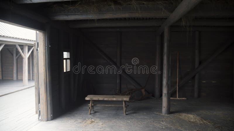 Innenraum der alten rustikalen Scheune - historische Rekonstruktion des tatarischen Dorfs stockfotos