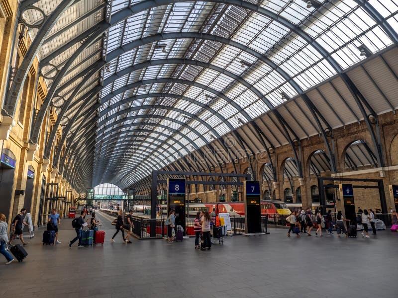 Innenraum der Bahnstation König-Cross in London lizenzfreies stockfoto
