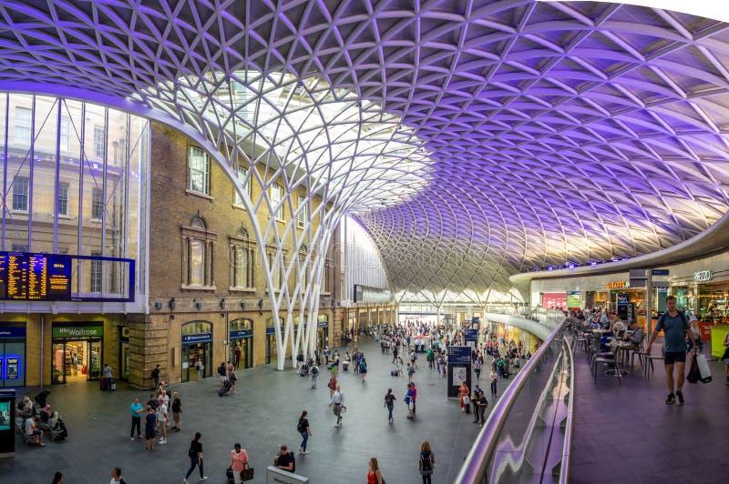Innenraum der Bahnstation König-Cross in London stockbilder