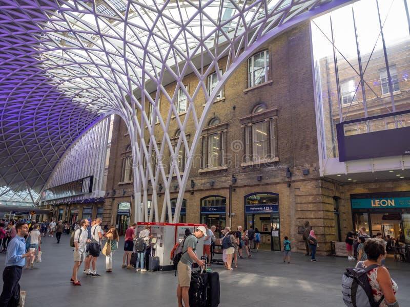 Innenraum der Bahnstation König-Cross in London lizenzfreie stockfotos