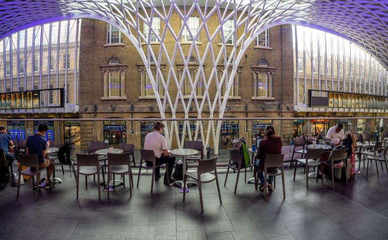 Innenraum der Bahnstation König-Cross in London lizenzfreie stockbilder