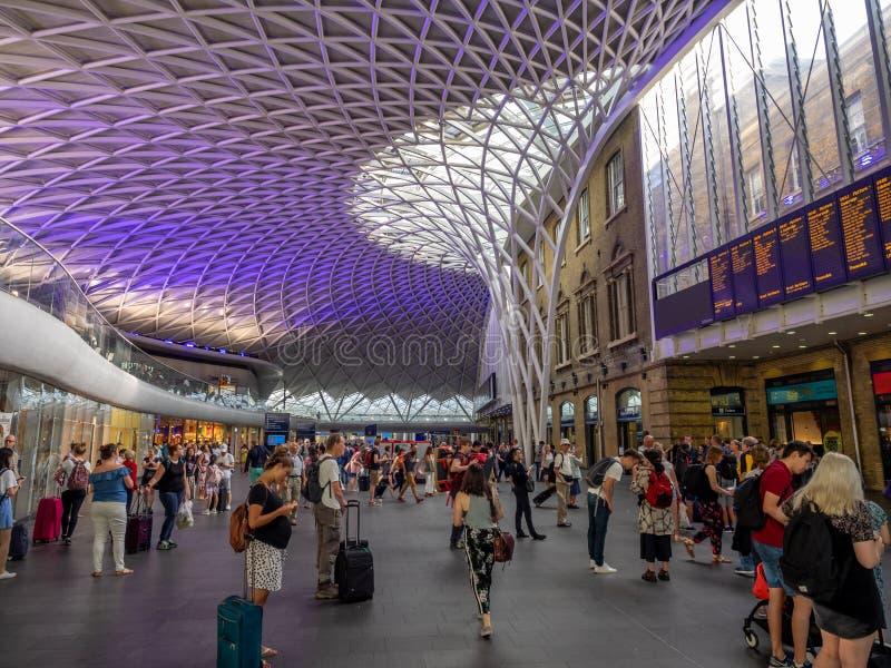 Innenraum der Bahnstation König-Cross in London stockbild