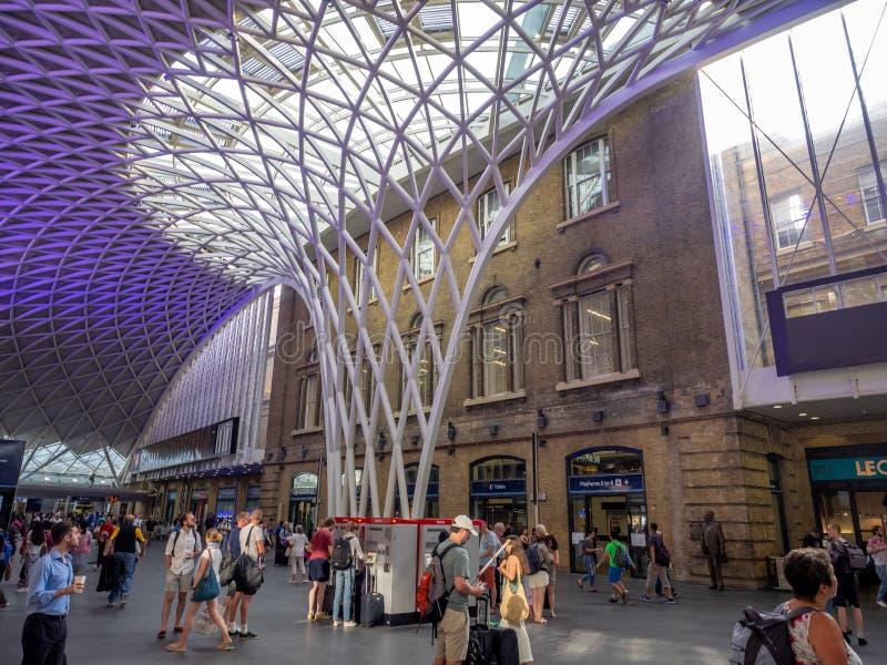 Innenraum der Bahnstation König-Cross in London stockfotos
