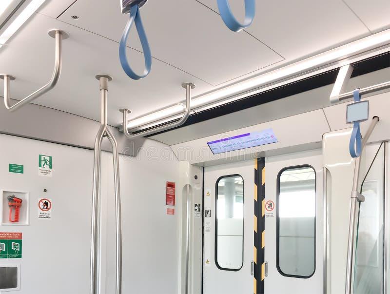 Innenraum der Bangkok-Untergrundbahn an der Öffnungstür stockbilder