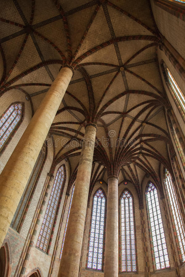 Innenraum der Basilika von St. Sernin in Toulouse, Frankreich lizenzfreies stockbild