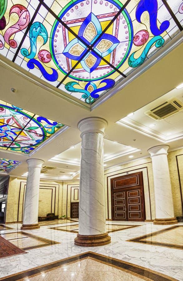 Innenraum der columned Halle mit einem Leuchter lizenzfreie stockbilder