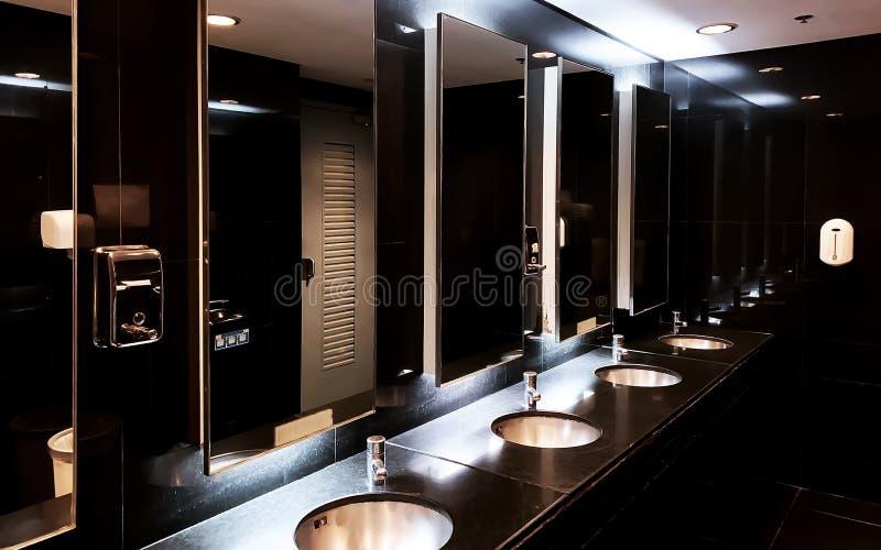 Innenraum der dunklen Toilette stockfotografie