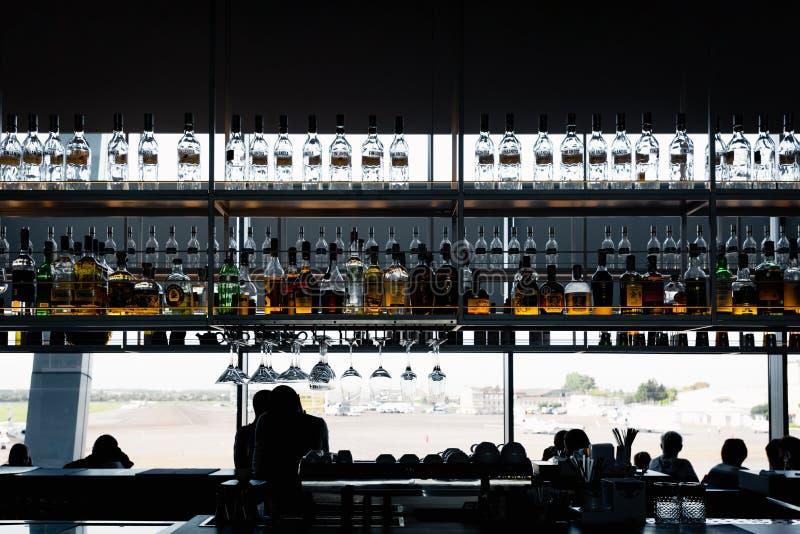 Innenraum der Flughafenstange stockbild