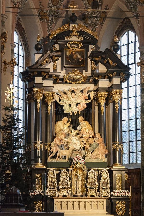 Innenraum der Gemeinde-Kirche von Sankt Nikolaus mit seinem Stuck, vergoldete Dekorationen und gemaltes Holz, Hall in Tirol Öster stockbild