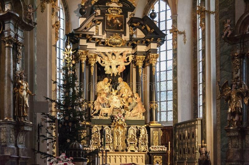 Innenraum der Gemeinde-Kirche von Sankt Nikolaus mit seinem Stuck, vergoldete Dekorationen und gemaltes Holz, Hall in Tirol Öster stockbilder