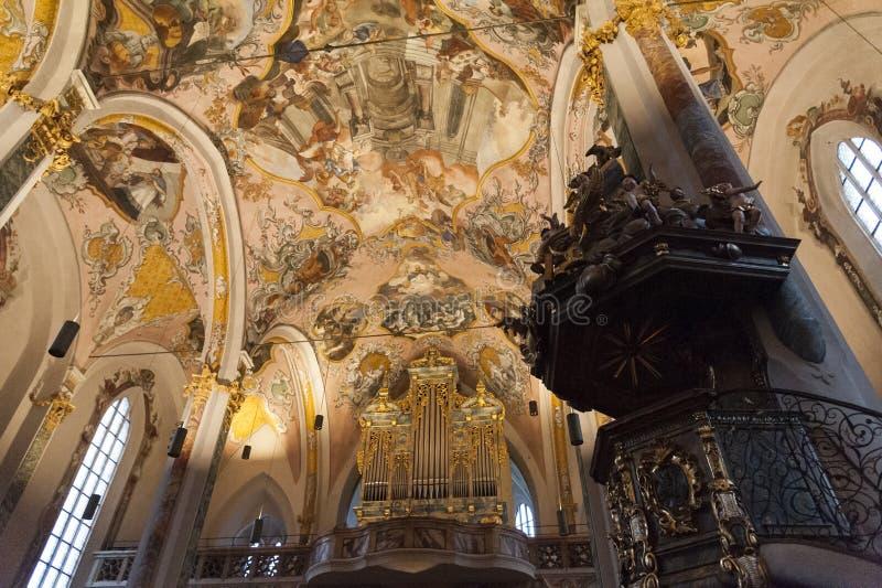 Innenraum der Gemeinde-Kirche von Sankt Nikolaus mit seinem Stuck, vergoldete Dekorationen und gemaltes Holz, Hall in Tirol Öster stockfotografie