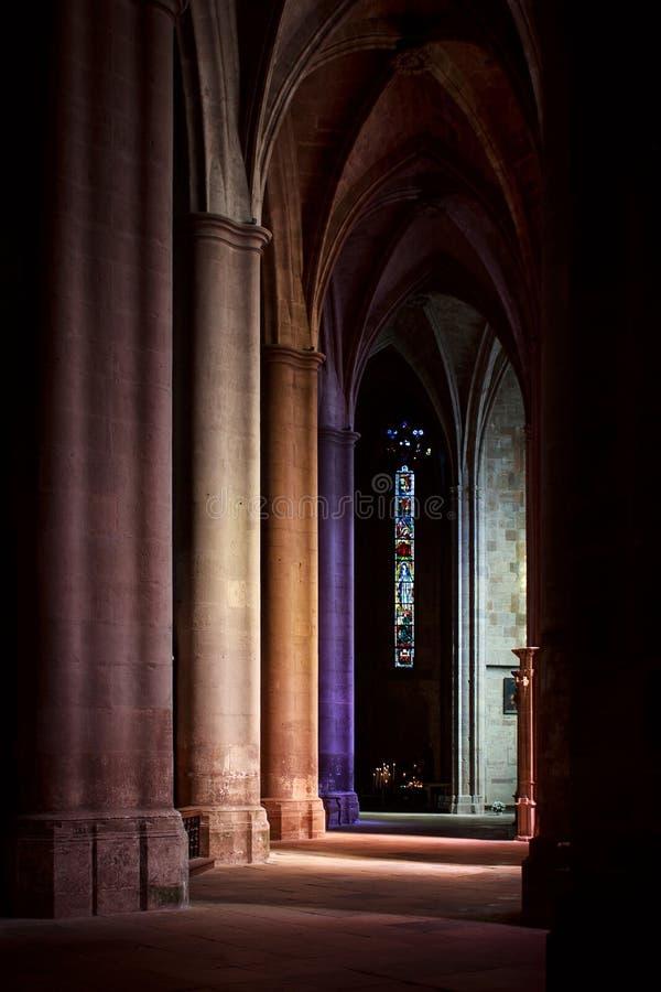 Innenraum der gotischen Kirche stockfotos