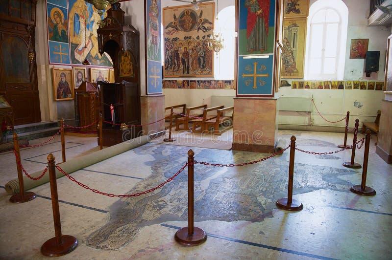 Innenraum der griechischen orthodoxen Basilika von St George mit der Mosaikkarte des Heiligen Landes in Madaba, Jordanien stockfotos