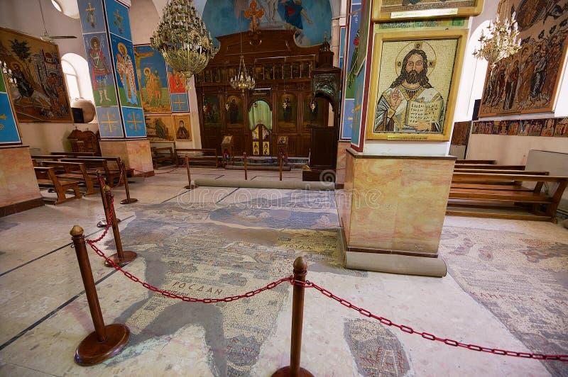 Innenraum der griechischen orthodoxen Basilika von St George mit der Mosaikkarte des Heiligen Landes in Madaba, Jordanien stockfoto