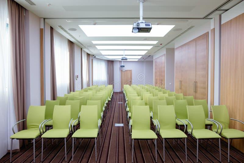 Innenraum der hellen Aulas, in der Konzerte, Sitzungen gehalten werden lizenzfreie stockfotos