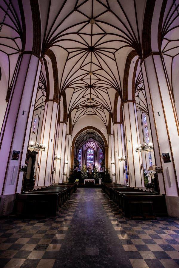 Innenraum der Jesuitkirche in Warschau Polen, leert vollständig sich und mit purpurroten Lichtern lizenzfreie stockbilder