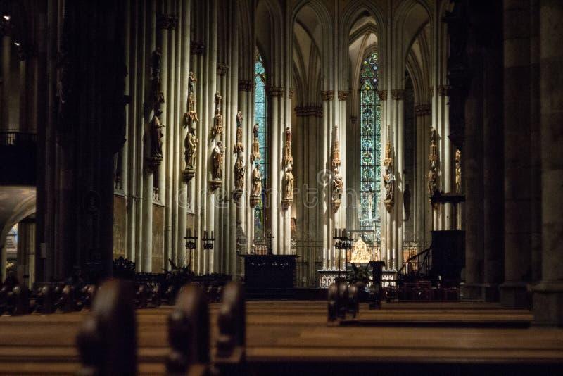 Innenraum der Köln-Kathedrale in der Dunkelheit lizenzfreies stockbild