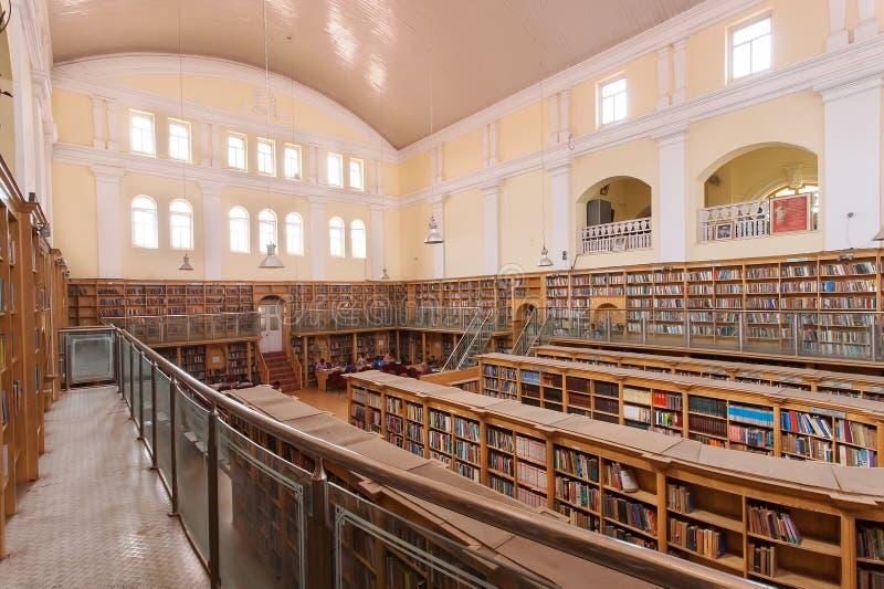 Innenraum der Karnataka-Staats-Zentralbibliothek-Straße mit Weinlesebücherregalen lizenzfreies stockbild