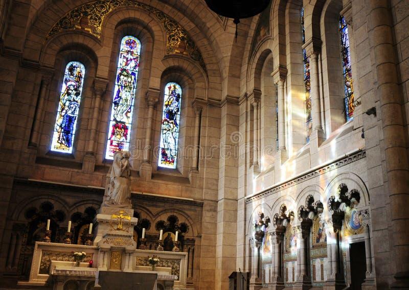 Innenraum der Kathedrale mit Oberlicht stockbild