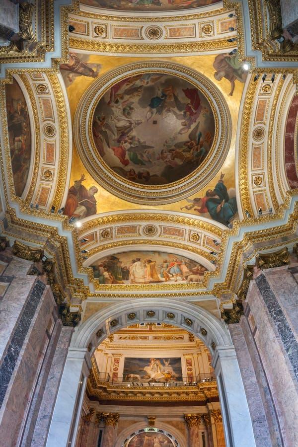 Innenraum der Kathedrale St. Isaacs, Haubendecke St Petersburg, Russland ornated mit Bibelmalereien Innenpanorama stockfotografie
