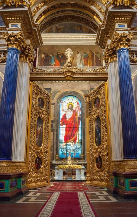 Innenraum der Kathedrale St. Isaacs, St Petersburg, Russland - Dekorationen und Buntglasfenster mit Bibelmalereien stockfotografie