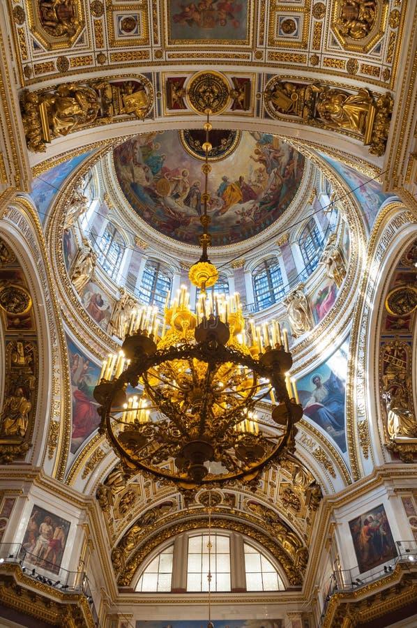 Innenraum der Kathedrale St. Isaacs, St Petersburg, Russland Innenansicht der Haupthaube und des Leuchters stockbilder