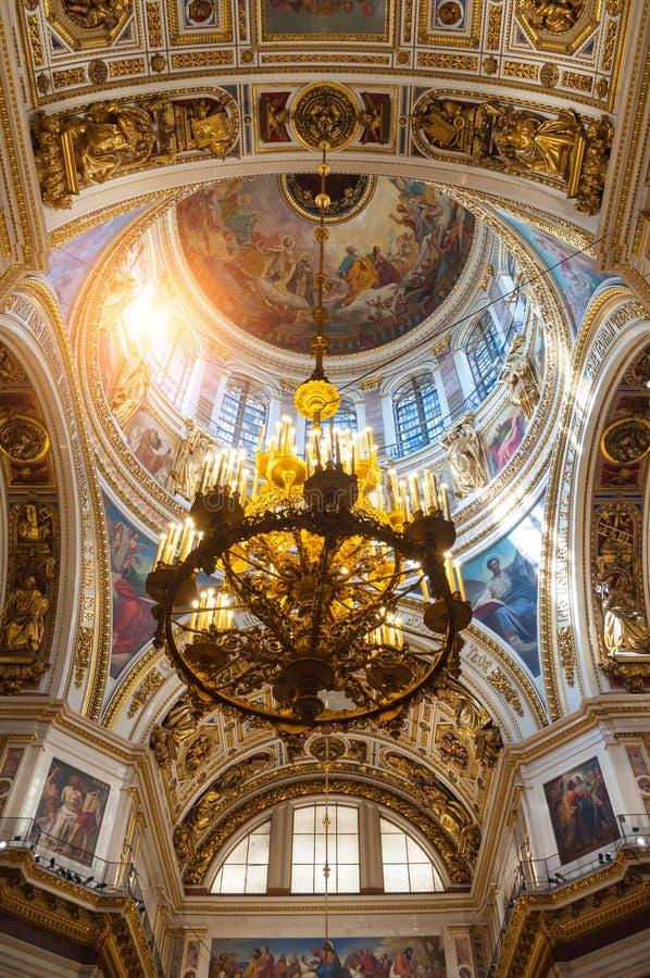 Innenraum der Kathedrale St. Isaacs, St Petersburg, Russland Innenansicht der Haupthaube und des Leuchters stockfoto