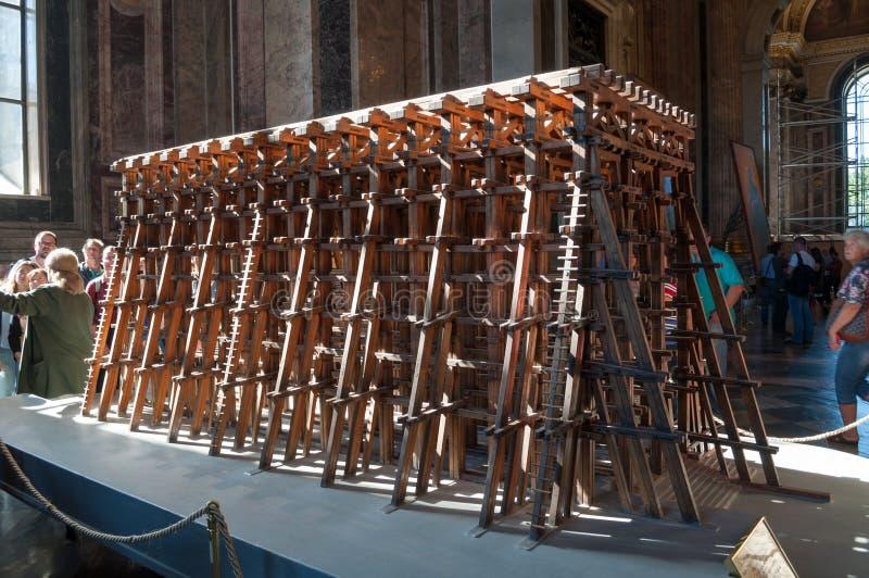 Innenraum der Kathedrale St. Isaacs, St Petersburg, Russland Modell des Baugerüsts benutzt für das Anheben der Kathedralenspalte stockbilder