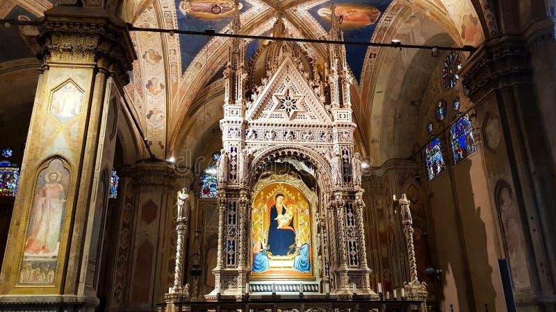Innenraum der Kirche von Orsanmichele, mit dem des Andrea Orcagnas juwelenbesetzten gotischen Taberna stockbilder