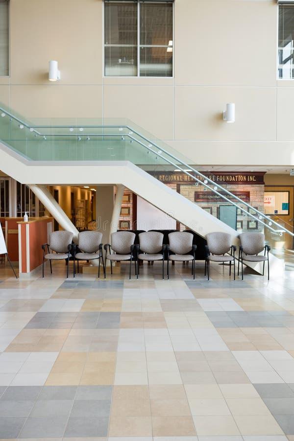 Innenraum der Krankenhaus-Lobby stockfotos