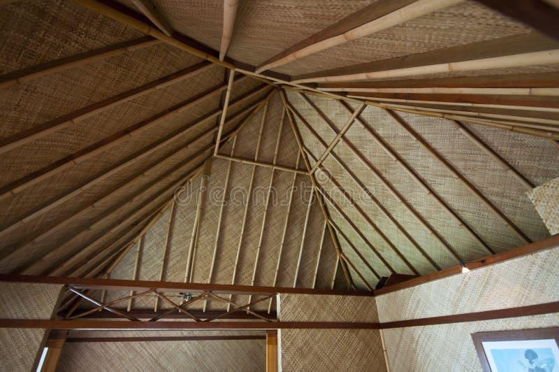 Innenraum der mit Stroh gedeckten Hütte in Bora Bora stockbilder
