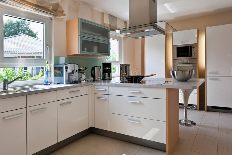 Innenraum der modernen Hausküche stockbild