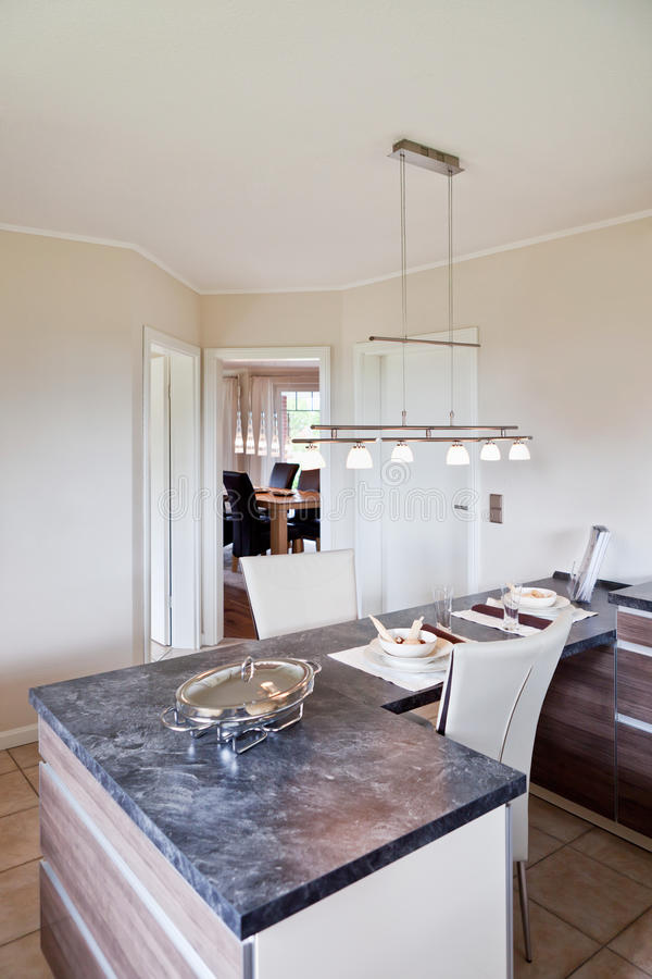 Innenraum der modernen Hausküche lizenzfreie stockfotos